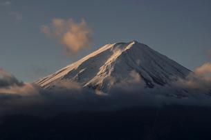 河口湖より望む朝日を浴びる富士山の写真素材 [FYI02673237]