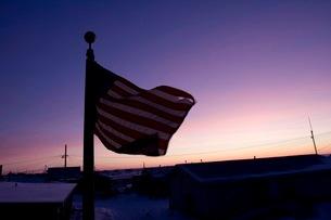 夕暮れ時にはためく星条旗の写真素材 [FYI02673318]