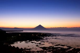 夜明けの開聞岳の写真素材 [FYI02673331]