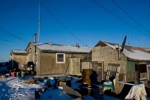 アラスカ州シシュマレフの家々の写真素材 [FYI02673381]