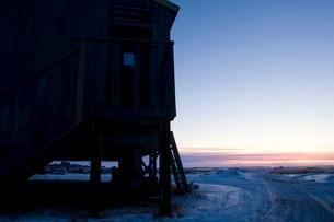 雪の町に訪れる朝の写真素材 [FYI02673397]