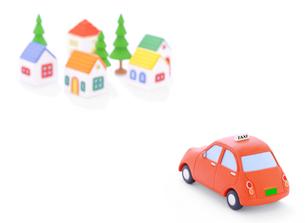 タクシーと家並みの写真素材 [FYI02673479]