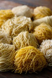 札幌ラーメンの色々な麺(木目の背景)の写真素材 [FYI02673485]