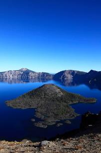 クレーターレイクとウィザード島とマウント・スコットの写真素材 [FYI02673495]