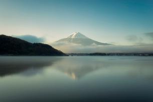 河口湖より望む朝日を浴びる富士山と逆さ富士の写真素材 [FYI02673508]