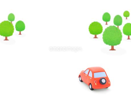 赤い粘土の車と森林の写真素材 [FYI02673515]