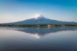 河口湖より望む冠雪した富士山と逆さ富士の写真素材 [FYI02673554]