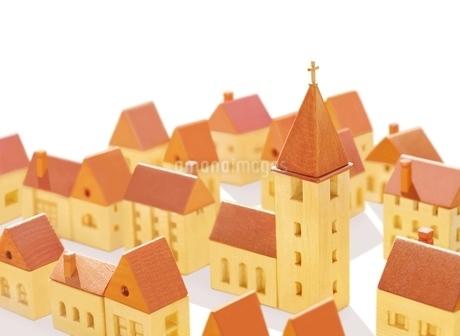教会と家並みのイラスト素材 [FYI02673567]