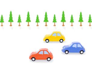 3台の車と街路樹の写真素材 [FYI02673573]