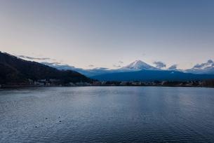 河口湖より望む朝日を浴びる富士山の写真素材 [FYI02673581]