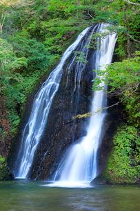 秋田の峨瓏(がろう)大滝の写真素材 [FYI02673602]