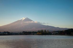 河口湖より望む朝日を浴びる富士山の写真素材 [FYI02673622]