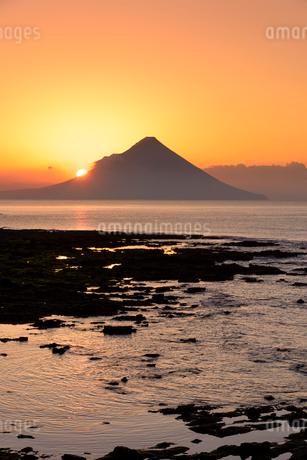 夜明けの開聞岳の写真素材 [FYI02673628]