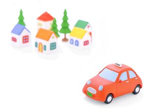 タクシーと家並みの写真素材 [FYI02673629]