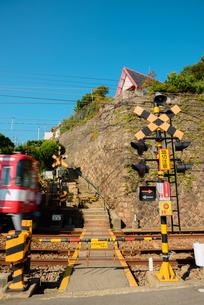神戸市 塩屋の小さな踏切の写真素材 [FYI02673631]