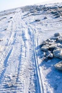 雪道についたタイヤの跡の写真素材 [FYI02673638]