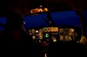 夜の操縦席の写真素材 [FYI02673670]