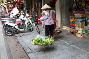 ハノイ旧市街、天秤棒の野菜籠の写真素材 [FYI02673697]