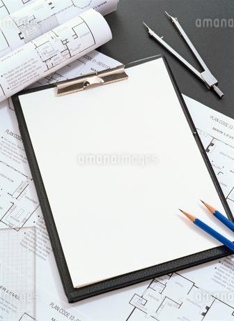 机の上のバインダーと間取り図の写真素材 [FYI02673712]