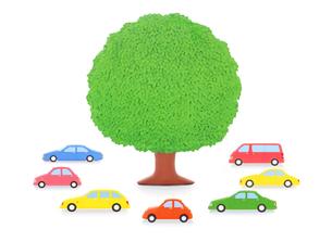 7台の車と大樹の写真素材 [FYI02673742]