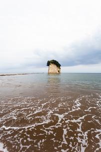 能登半島 珠洲 日本海と見附島(軍艦島)の写真素材 [FYI02673743]