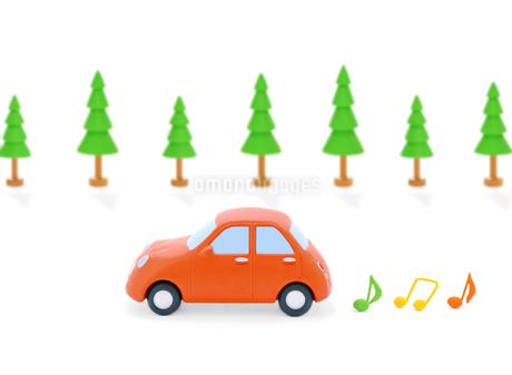 赤い粘土の車と音符と街路樹の写真素材 [FYI02673744]