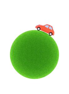 赤い粘土の車と緑の球体の写真素材 [FYI02673801]
