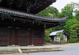 泉涌寺仏殿から見る浴室の写真素材 [FYI02673849]