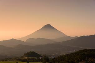 朝の開聞岳の写真素材 [FYI02673866]