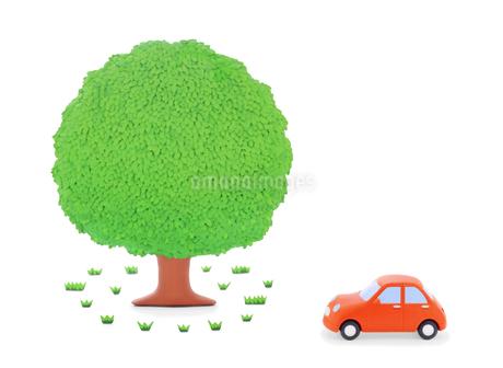 赤い粘土の車と大樹の写真素材 [FYI02673886]