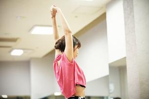 スタジオでダンスの練習をする女性の写真素材 [FYI02673916]
