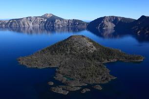クレーターレイクとウィザード島とマウント・スコットの写真素材 [FYI02673922]