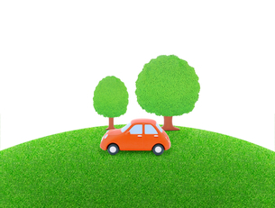 赤い粘土の車と樹木の写真素材 [FYI02673923]