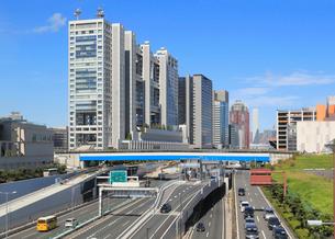 首都高速湾岸線とお台場のビル群の写真素材 [FYI02673995]