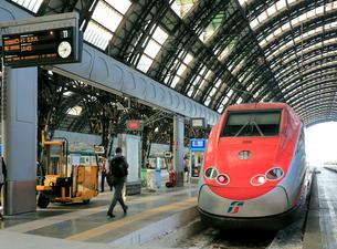 ミラノ中央駅に停車中のフレッチャロッサの写真素材 [FYI02674026]