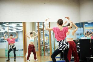 スタジオでダンスの練習をする女性の写真素材 [FYI02674035]