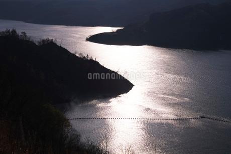 奥州湖の夕景の写真素材 [FYI02674039]