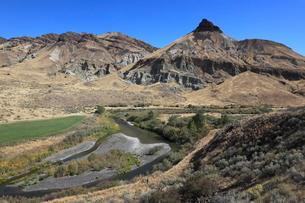 ジョン・デイ化石層国定公園のシープ・ロックとジョン・デイ川の写真素材 [FYI02674053]