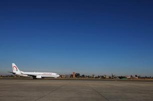 マラケシュ メナラ空港に着いた飛行機の写真素材 [FYI02674115]