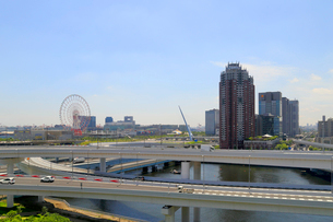 首都高速道路とお台場の街並の写真素材 [FYI02674130]