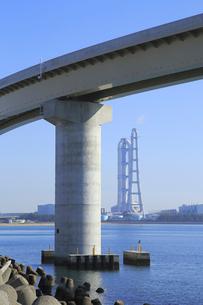 四日市いなばポートラインと中部電力川越火力発電所の写真素材 [FYI02674149]