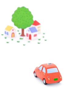 タクシーと家並みの写真素材 [FYI02674154]