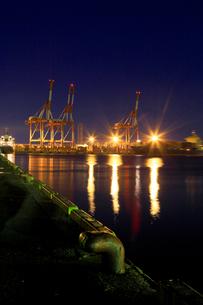 夜のコンテナターミナルの写真素材 [FYI02674176]