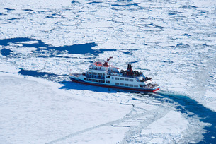 網走流氷観光砕氷船おーろらと流氷の写真素材 [FYI02674199]