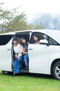 車から外を眺める女性の写真素材 [FYI02674350]