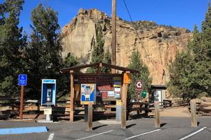 スミス・ロック州立公園の駐車場の写真素材 [FYI02674383]