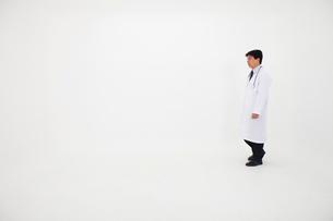 白衣の男性の写真素材 [FYI02674411]