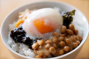 温泉卵と納豆,のりご飯の写真素材 [FYI02674414]