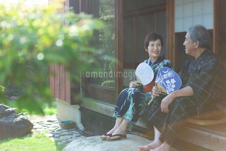 縁側に座る老夫婦の写真素材 [FYI02674426]