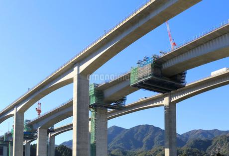 建設工事中の新名神高速道路安楽川橋の写真素材 [FYI02674448]